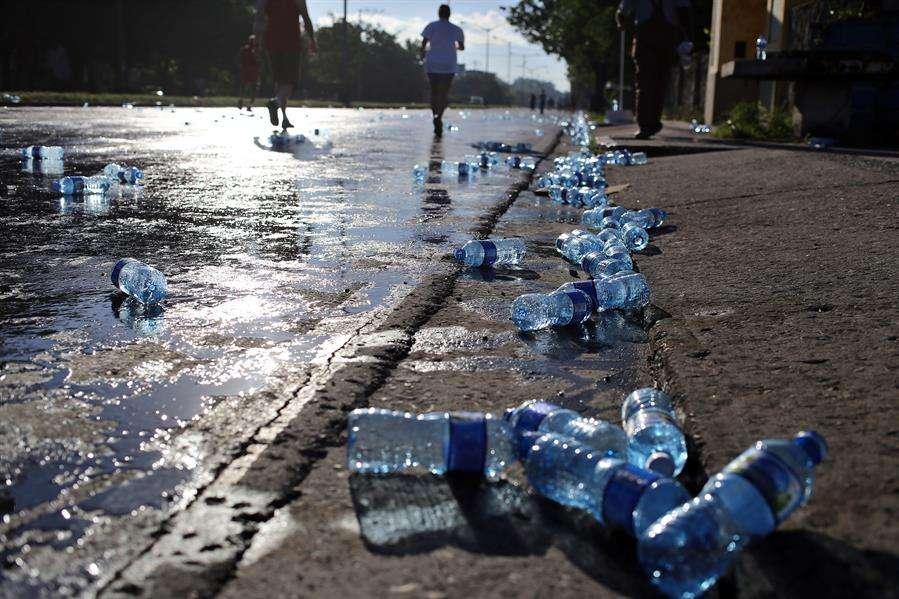 Botellas de agua permanecen en el sueño tras una maratón. EFE