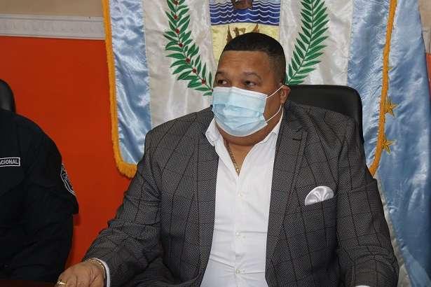 En la imagen aparece el alcalde Colón, Alex Lee.