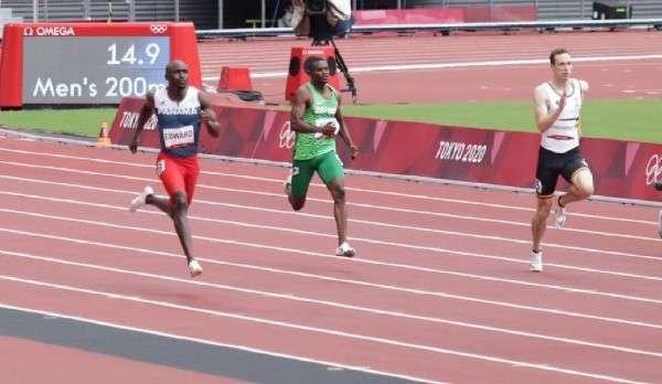 Alonso Edward (izq.) durante su heat clasificatorio de los 200 metros planos. Foto: COP