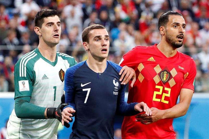 El portero belga Thibaut Courtois, el delantero francés Antoine Griezmann y el delantero belga Nacer Chadli durante el partido Francia-Bélgica, de semifinales. Foto EFE