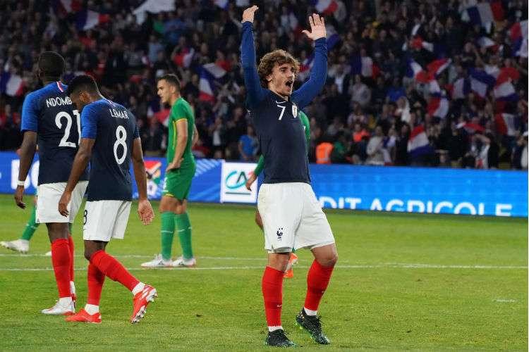 Antoine Griezmann (der.) en un partido con su selección de Francia. Foto: AP