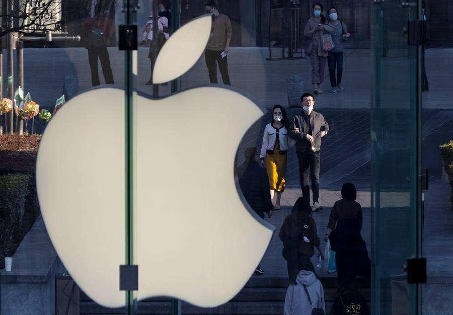Apple lanzó este lunes la largamente esperada actualización del sistema operativo para iPhones iOS 14.5. EFE