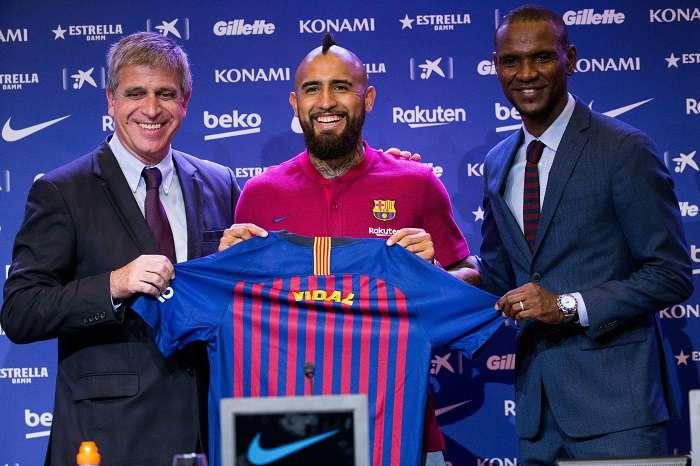 Arturo Vidal, acompañado por el responsable del Área Deportiva del FC Barcelona, Jordi Mestre y del director deportivo del club azulgrana, Eric Abidal./EFE