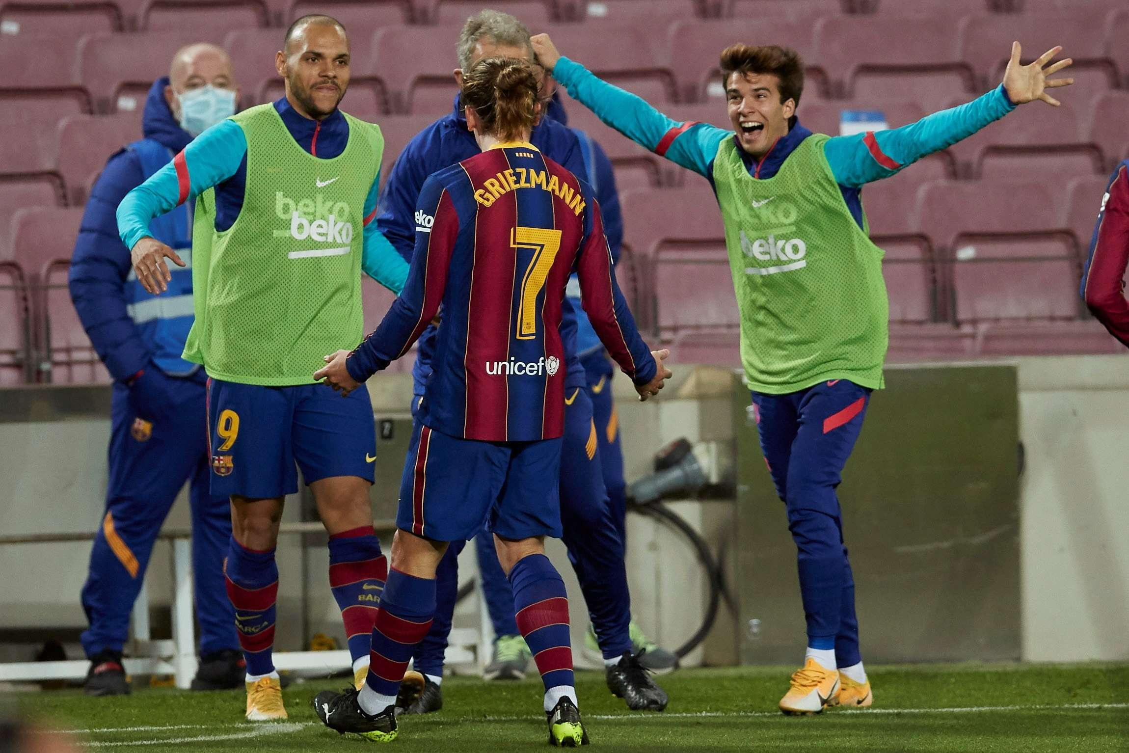 Griezmann (c) celebra tras marcar el segundo gol. /EFE