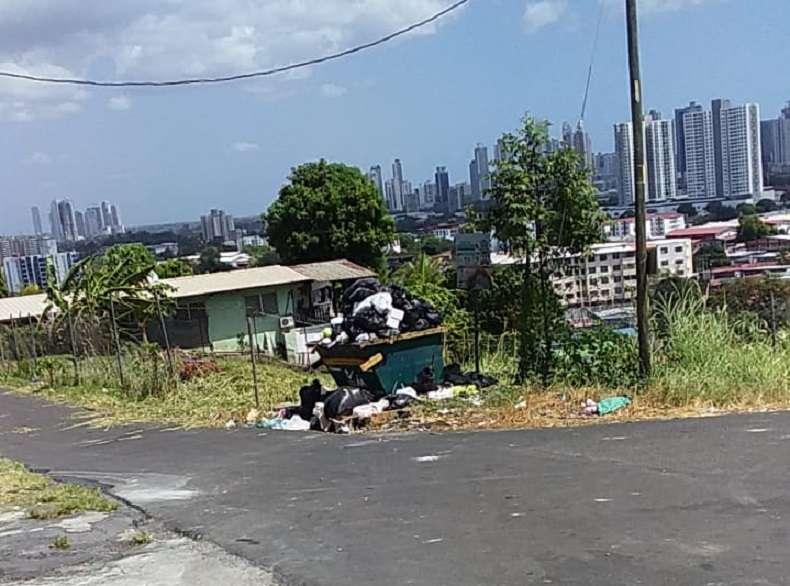 Vista general del basurero en calle quinta Río Abajo.