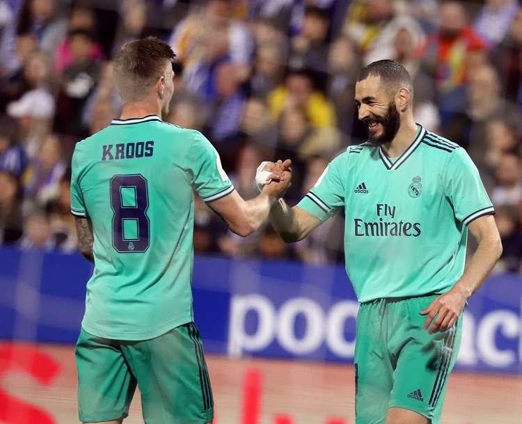 El delantero del Real Madrid Karim Benzemá (d) celebra con Toni Kroos tras marcar el cuarto gol ante el Zaragoza. Foto: EFE