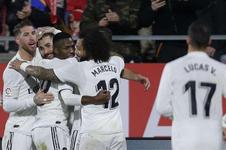 Jugadores del Real Madrid celebran con Karim Benzema uno de sus goles anotados. Foto: EFE