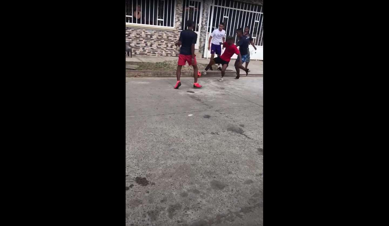 Los jóvenes jugaban fútbol en la calle y de pronto se desató la trifulca.