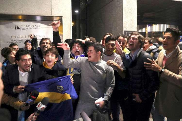 Aficionados del Boca Juniors esperan la llegada de los jugadores al hotel de Madrid en el que se hospedan, con motivo de la final de la Copa Libertadores. Foto: EFE