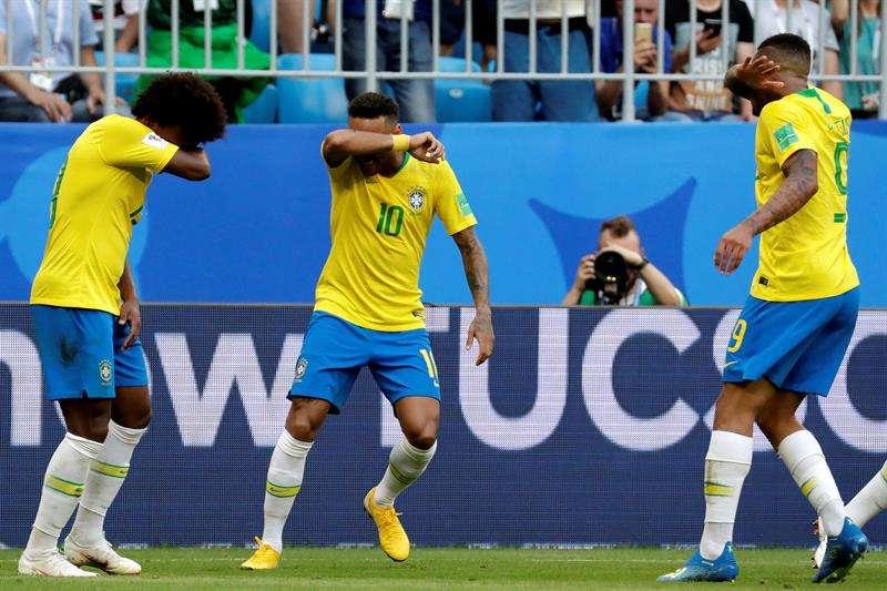 El delantero brasileño Neymar (c) celebra tras marcar el 1-0 con sus compañeros Willian (i) y Gabriel Jesus (d) durante el partido Brasil-México, de octavos de final. Foto EFE