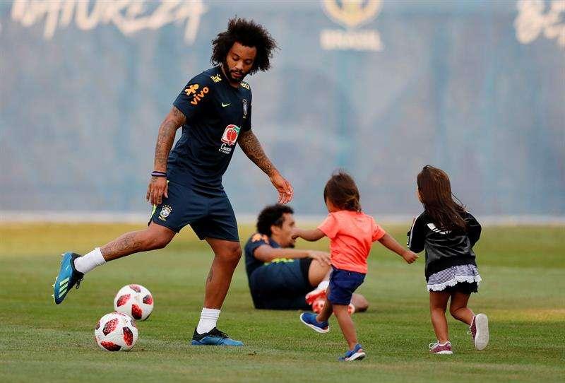 El brasileño Marcelo juega con sus hijos durante una sesión de entrenamiento. Foto EFE