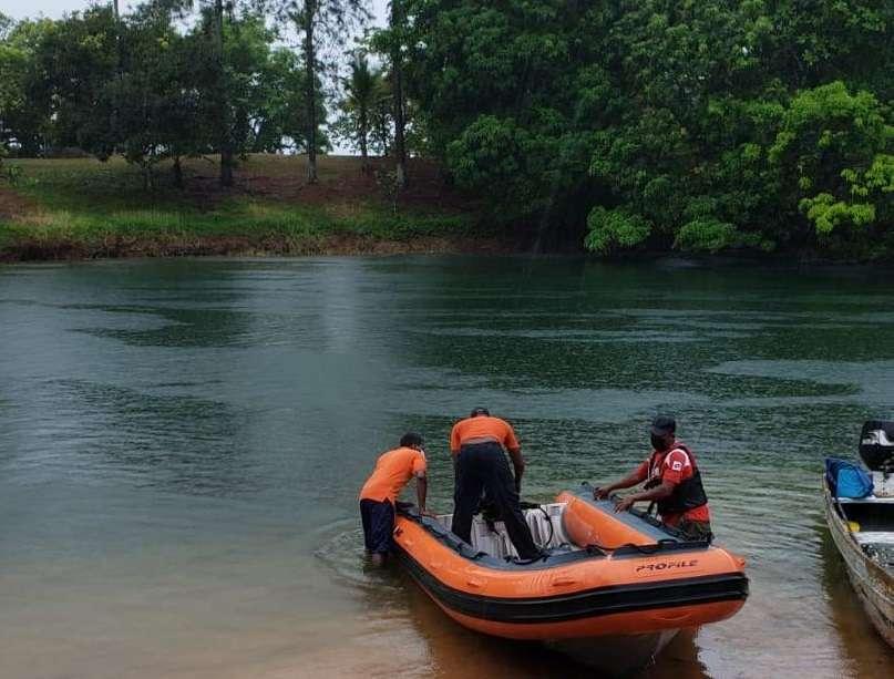 Padre e hijo salieron a pescar y cayeron al agua.