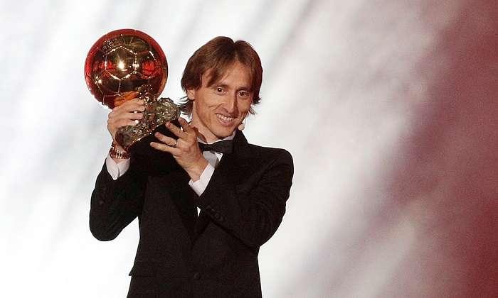 Luka Modric del Real Madrid sostiene su trofeo del Balón de Oro, en la ceremonia de entrega de premios para los mejores futbolistas europeos del año./EFE