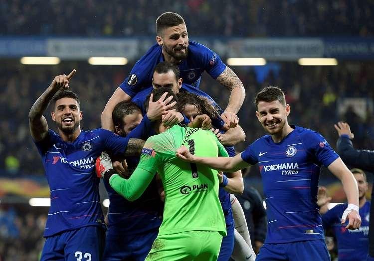 El arquero de Chelsea Kepa Arrizabalaga (c) celebra con sus compañeros tras ganar en la serie de penaltis este jueves. Foto: EFE