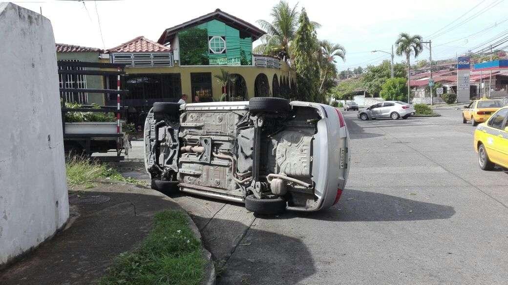Producto del accidente el joven que iba tras el volante tuvo que ser trasladado a un centro médico. Foto: @TraficoCPanama