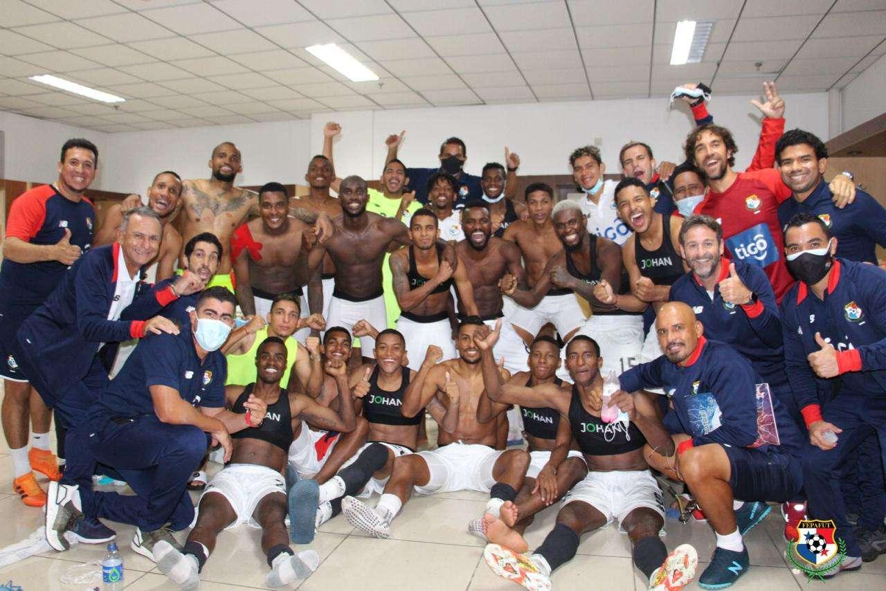 Jugadores y cuerpo técnico celebran en el camerino. /FEPAFUT