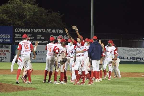 Jugadores de Coclé celebran el triunfo alcanzado sobre Herrera. Foto: Fedebeis