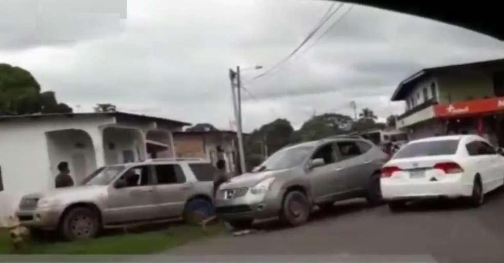 En el video se aprecia como mientras algunos de los involucrados están sobre la hierba golpeándose, aparece otro vehículo que casi los atropella.