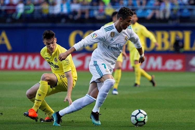 Cristiano Ronaldo (d), protege el balón ante la presencia del defensa del Villarreal, Adrián Marín. Foto: EFE