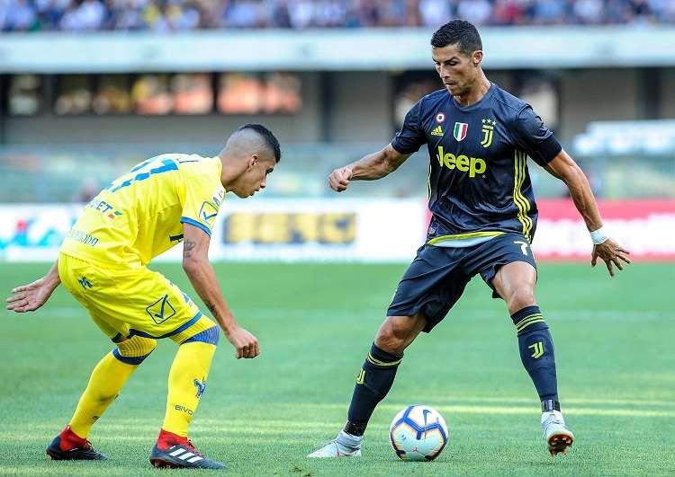 Cristiano Ronaldo (dcha.) durante su primer partido de liga italiana con la Juventus. Foto: AP