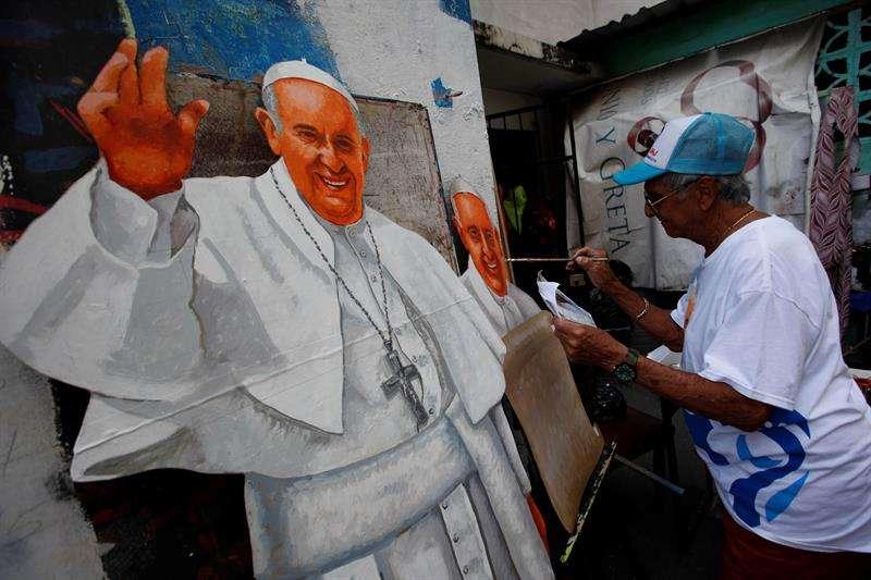 Cristóbal Rodríguez pinta una imagen del Papa Francisco hoy, martes 15 de enero de 2019, en su taller en la capital panameña. EFE