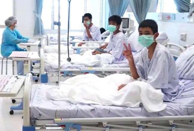 Varios de los niños rescatados de la cueva Tham Luang son atendidos en el hospital. Foto:EFE