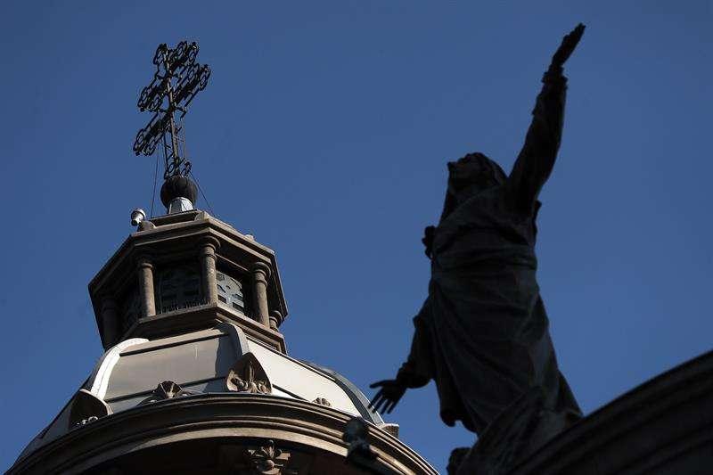 Vista de una de la cúpulas de la catedral de Santiago hoy, viernes 18 de mayo de 2018, en Santiago de Chile (Chile). EFE