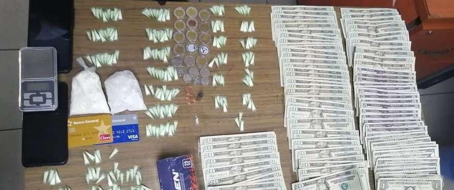 Droga y dinero en efectivo incautado.