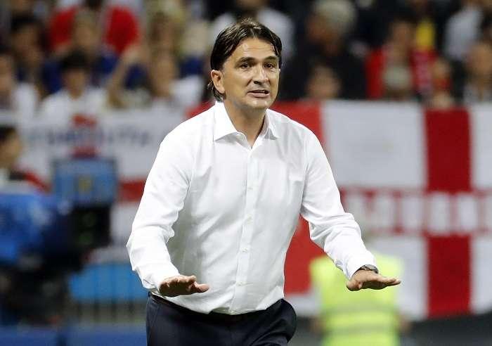 El técnico de Croacia el bosnio Zlatko Dalic da instrucciones a sus jugadores antes del inicio de la prórroga durante el partido Croacia-Inglaterra./EFE