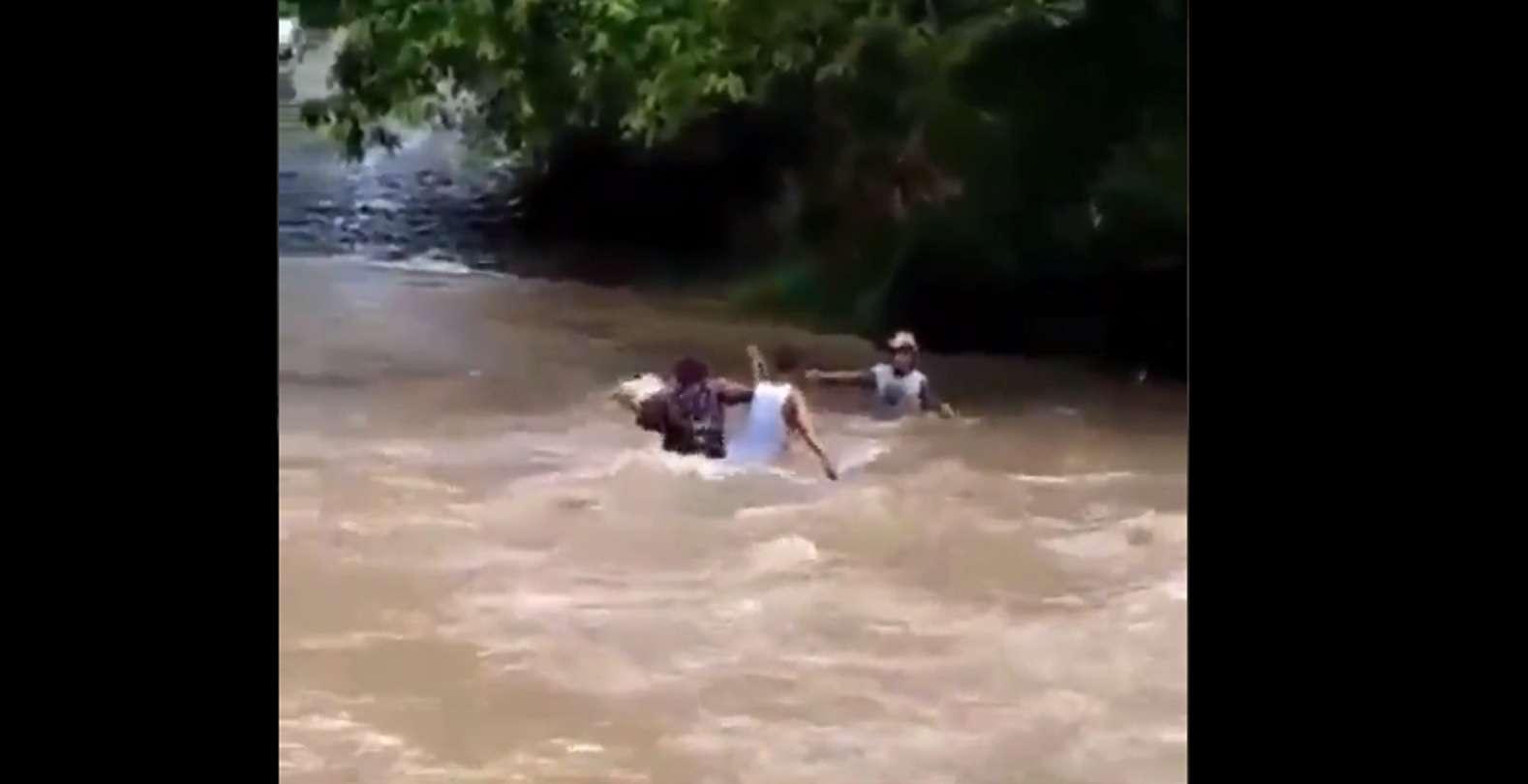 Residentes atraviesan ríos crecidos por la falta de un puente.