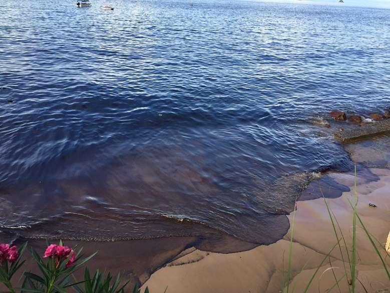 La mancha negra de combustible afecta mayormente a playa Honda.