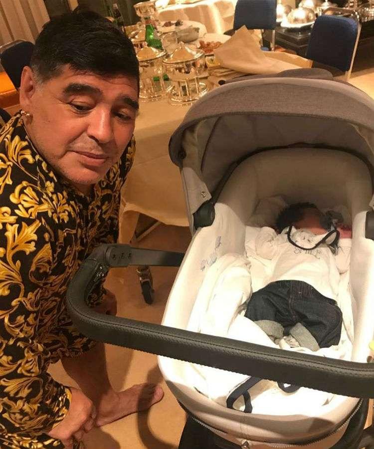 Diego Armando Maradona con su nieto Diego Matías.