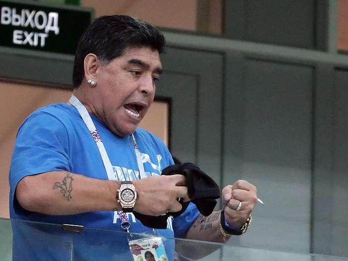 Diego Armando Maradona anima desde la tribuna en el partido entre Argentina y Nigeria./EFE