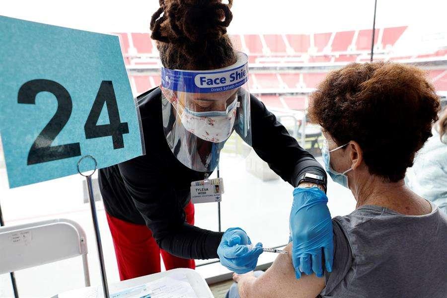 Lo mejor es colocarse una mascarilla de tela sobre una quirúrgica y de alta protección. EFE