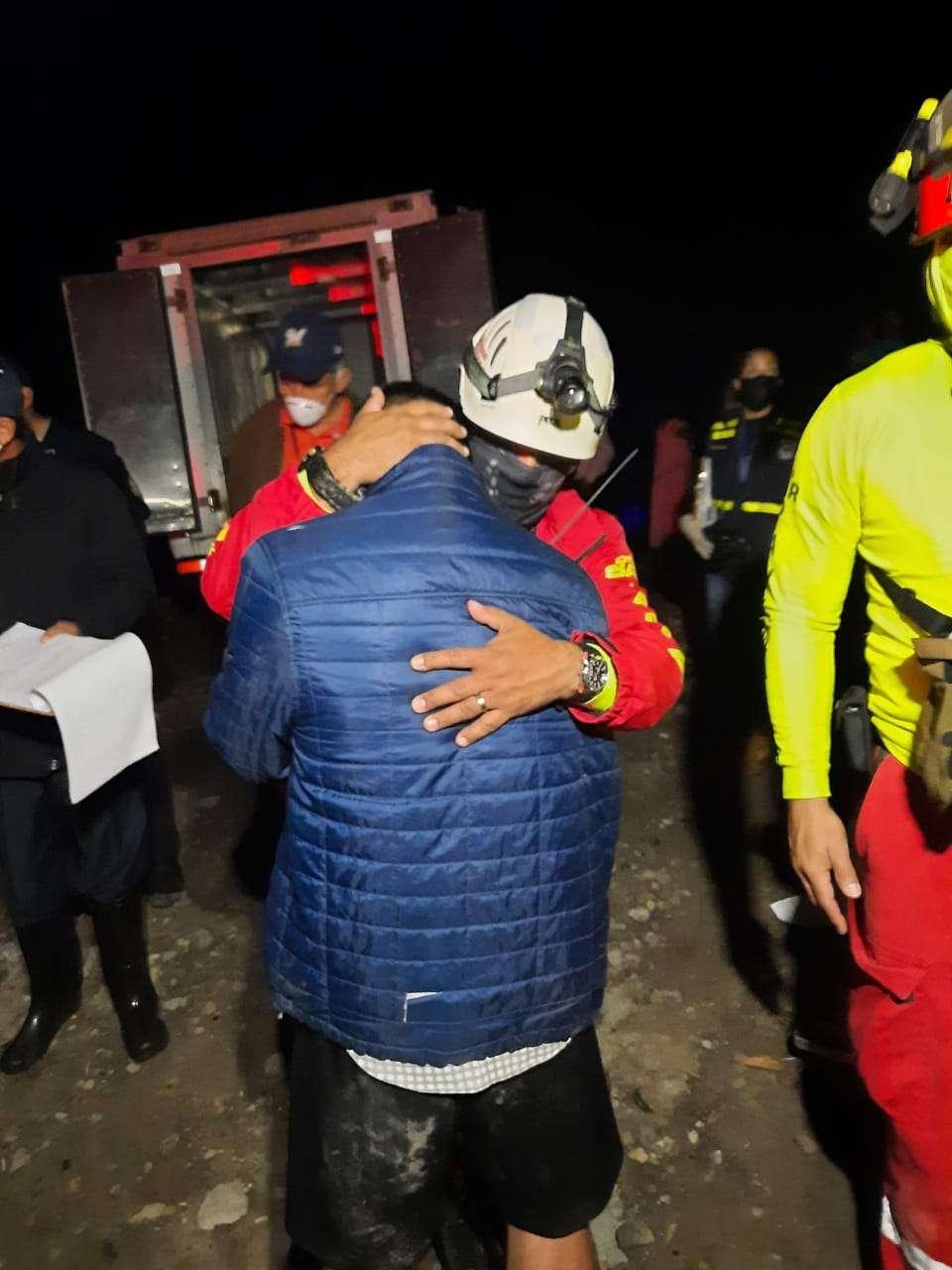 Un rescatista consuela a uno de los familiares de la menor fallecida