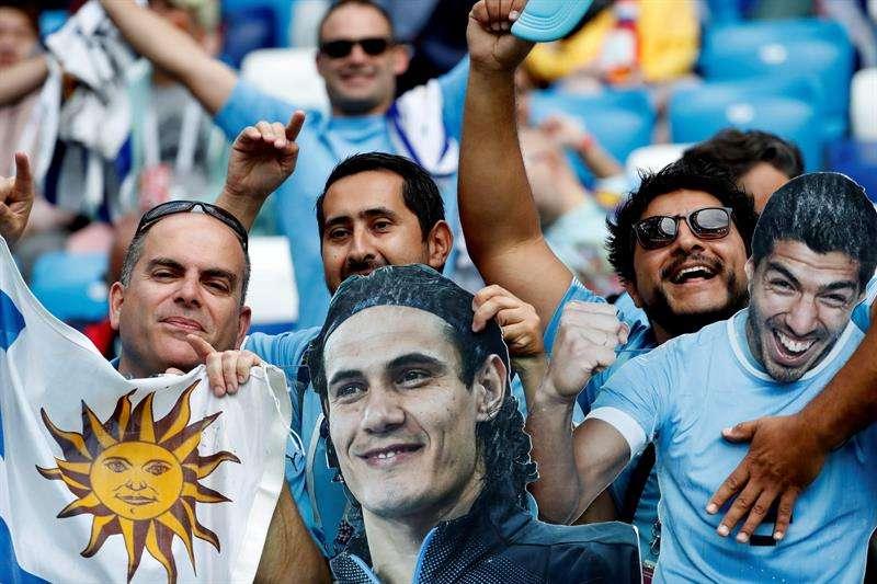 Aficionados uruguayos muestran una efigie de Cavani, antes del partido Uruguay-Francia, de cuartos de final del Mundial de Fútbol de Rusia 2018, en el Estadio de Nizhni Nóvgorod de Nizhni Nóvgorod, Rusia. Foto EFE