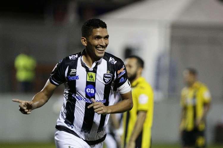 Edwin Aguilar del Tauro FC de Panamá celebra tras anotar un gol contra el Real España. Foto: EFE