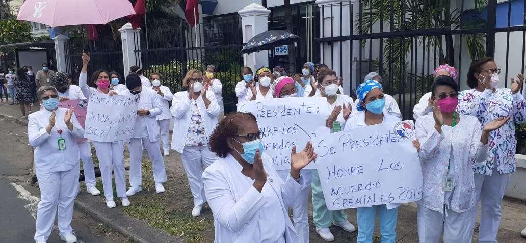 """""""Gobierno honren con lo pactado"""", una las expresiones en una de las pancartas.  (Foto-Video: Landro Ortiz)"""