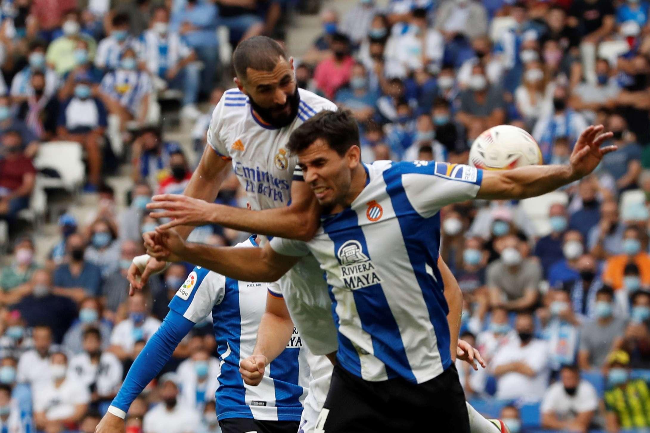 Karim Benzemá (i) disputa el balón con el defensa del Espanyol Leandro Cabrera. /EFE