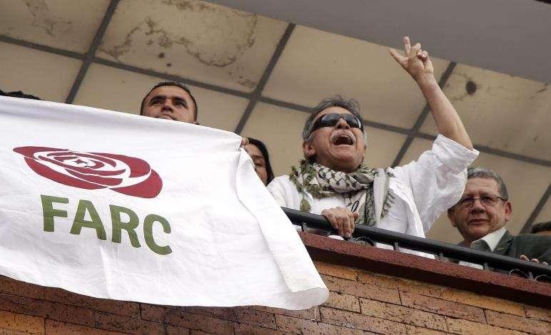 """El líder del partido político FARC Seuxis Paucias Hernández (2d), alias """"Jesús Santrich"""", fue registrado este jueves en un balcón de la sede política del partido, luego de ser liberado por la Fiscalía colombiana, en Bogotá (Colombia). EFE"""