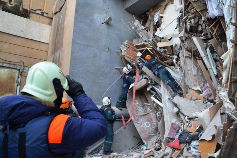 Miembros de los servicios de rescate rusos retiran escombros de un edificio derrumbado el lunes en la ciudad de Magnitogorsk, en la región de los Urales (Rusia). EFE