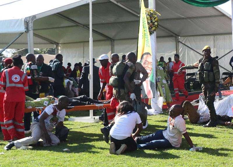 Una vista general muestra la escena del escenario principal después del estallido de una presunta bomba en una reunión dirigida por el presidente Emmerson Mnangagwa, en el White City Stadium en Bulawayo, Zimbabwe, el 23 de junio de 2018. EFE