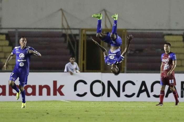 Faber Gil (c) del Árabe Unido celebra tras anotar un gol ante el Club Deportivo FAS durante un partido de ida de los cuartos de final de la Liga Concacaf entre el Futbolistas Asociados Santanecos (FAS) de El Salvador y Árabe Unido de Colón. /EFE