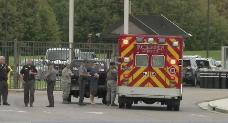 La policía local desviaba el tráfico lejos de la base, que es el empleador más grande de Ohio en una sola ubicación, con más de 27.000 empleados civiles y personal militar. Foto: AP