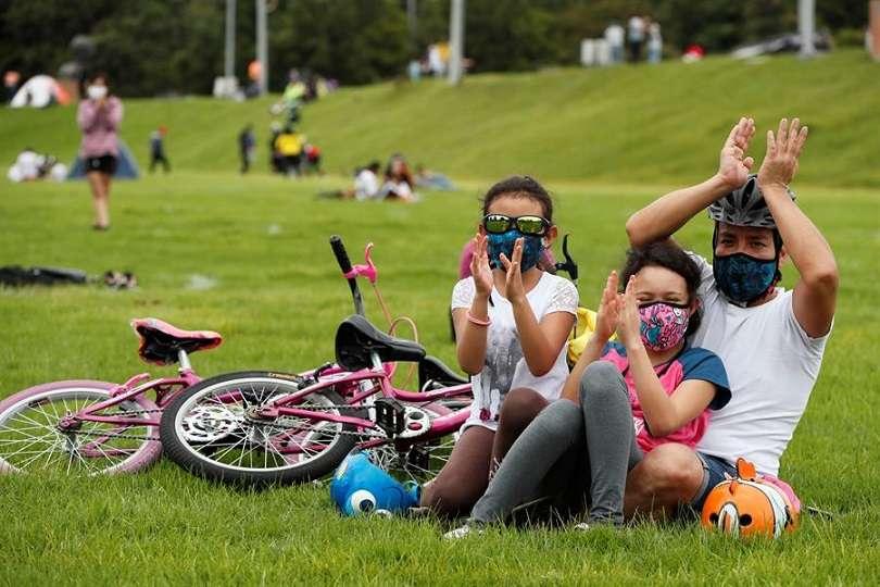 Familias disfrutan de un concierto al aire libre en un parque. EFE