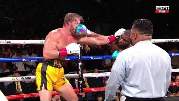 Floyd Mayweather conecta un golpe al rostro de Logan Paul.