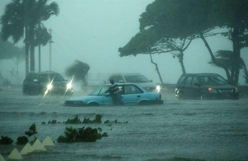 Vehículos fueron registrados este miércoles al circular bajo la intensa lluvia, durante el paso de la tormenta tropical Fred, sobre Santo Domingo (República Dominicana). EFE
