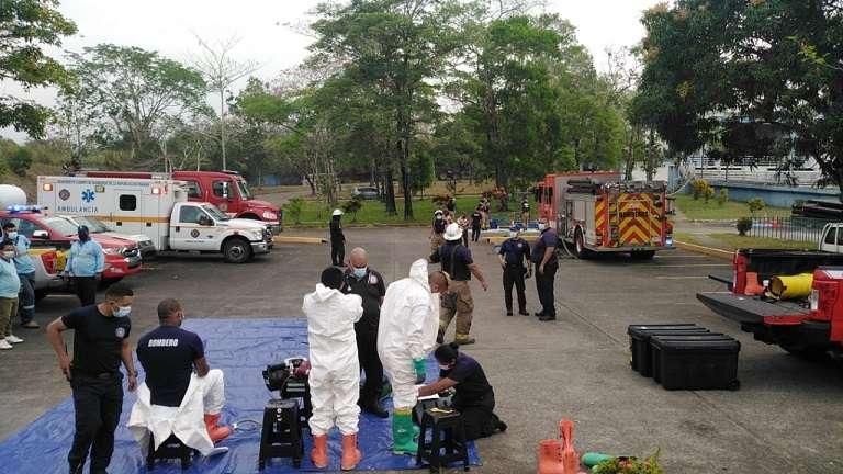 Unidades del Cuerpo de Bomberos inspeccionan el lugar.
