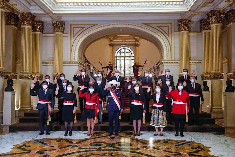 Fotografía cedida hoy por la Presidencia de Perú que muestra a la nueva primera ministra, Mirtha Vásquez (c-i), junto al presidente de Perú, Pedro Castillo (c), en Lima. EFE
