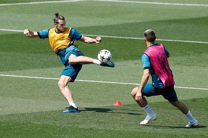 El delantero galés del Real Madrid Gareth Bale (i), durante los entrenamientos.EFE